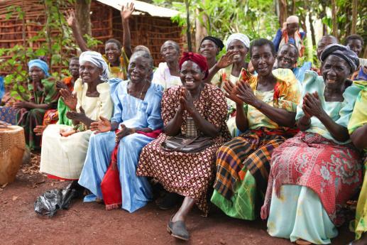 De bouw van de huizen voor de Grannies / project PEFO Uganda 2015
